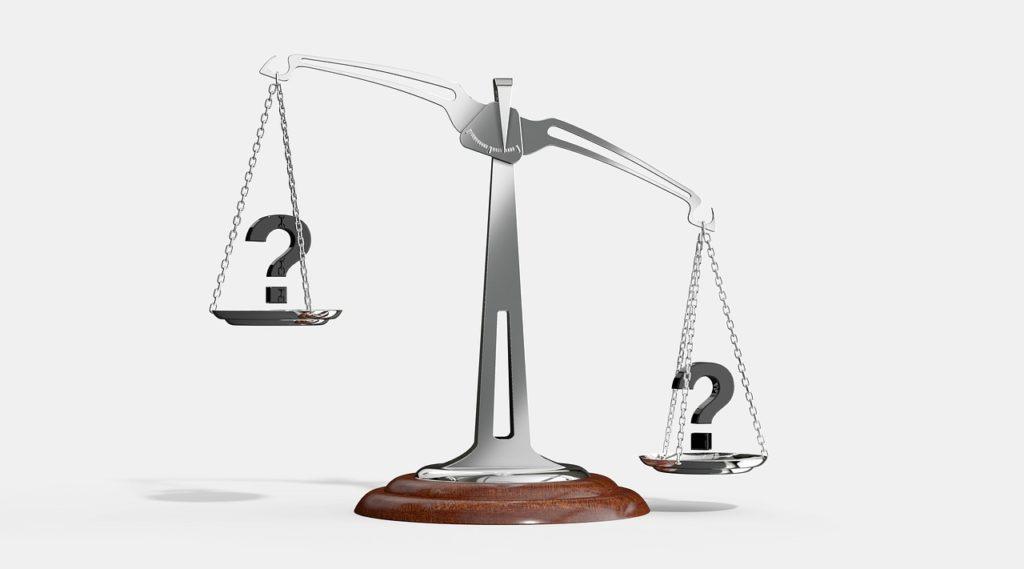 Weegschaal om belang van argumenten voor moreel dilemma oplossen te wegen