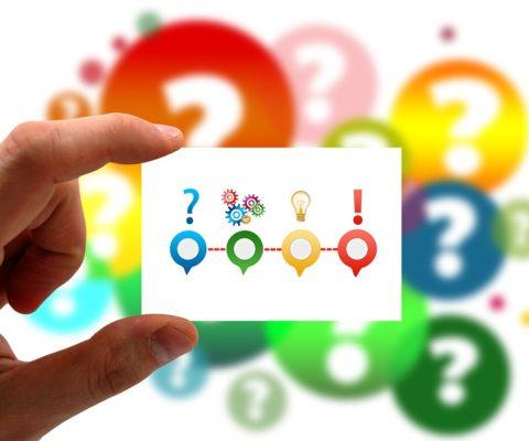 Kaartje je met vraagteken, gloeilamp en uitroepteken. Een moreel dilemma oplossen begint met een goede morele vraag. Die vraag legt de basis voor verdere stappen